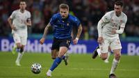 Di pundak Ciro Immobile, Roberto Mancini sangat berharap Timnas Italia bisa mencetak gol ke gawang Inggris pada final nanti. Setidaknya meski gagal menyumbangkan gol, Immobile tetap pemain yang berpotensi mengacaukan konsentrasi Harry Maguire dan kawan-kawan. (Foto: AFP/Pool/Frank Augstein)