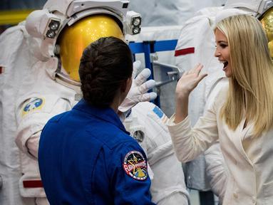 Penasihat Gedung Putih Ivanka Trump menyapa petugas yang mengenakan baju astronot saat mendengarkan penjelasan astronot Nicole Mann ketika berkeliling kantor NASA di Johnson Space Center, Texas, AS (20/9). (Brett Coomer/Houston Chronicle via AP)