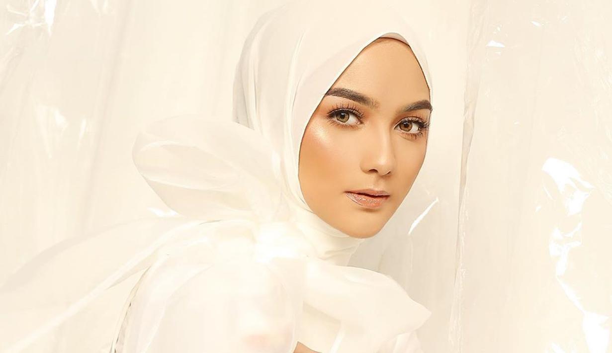 Penampilan cantik aktris kelahiran 23 April 1994 ini tak hanya saat memakai busana kekinian saja, namun juga saat pakai outift serba putih. (Liputan6.com/IG/@citraciki)