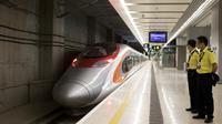 Jaringan kereta peluru berkecepatan 200 kilometer per jam, menghubungkan Hong Kong dengan Guangzhou di China Daratan (AP/Giullia Marci)