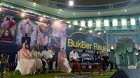 Para pemain Si Doel The Movie mengadakan buka bersama masyarakat Tangerang. (Liputan6.com/Pramita Tristiawati)