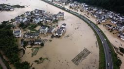Foto udara memperlihatkan kondisi banjir yang merendam Desa Baiguoshu di Sankou, Kota Huangshan, Provinsi Anhui, China, Senin (6/7/2020). Badan Meteorologi Provinsi Anhui memprediksi banjir bandang berpotensi besar menerjang kota Huangshan, Chizhou, Tongling, dan Anqing. (Xinhua/Shi Yalei)
