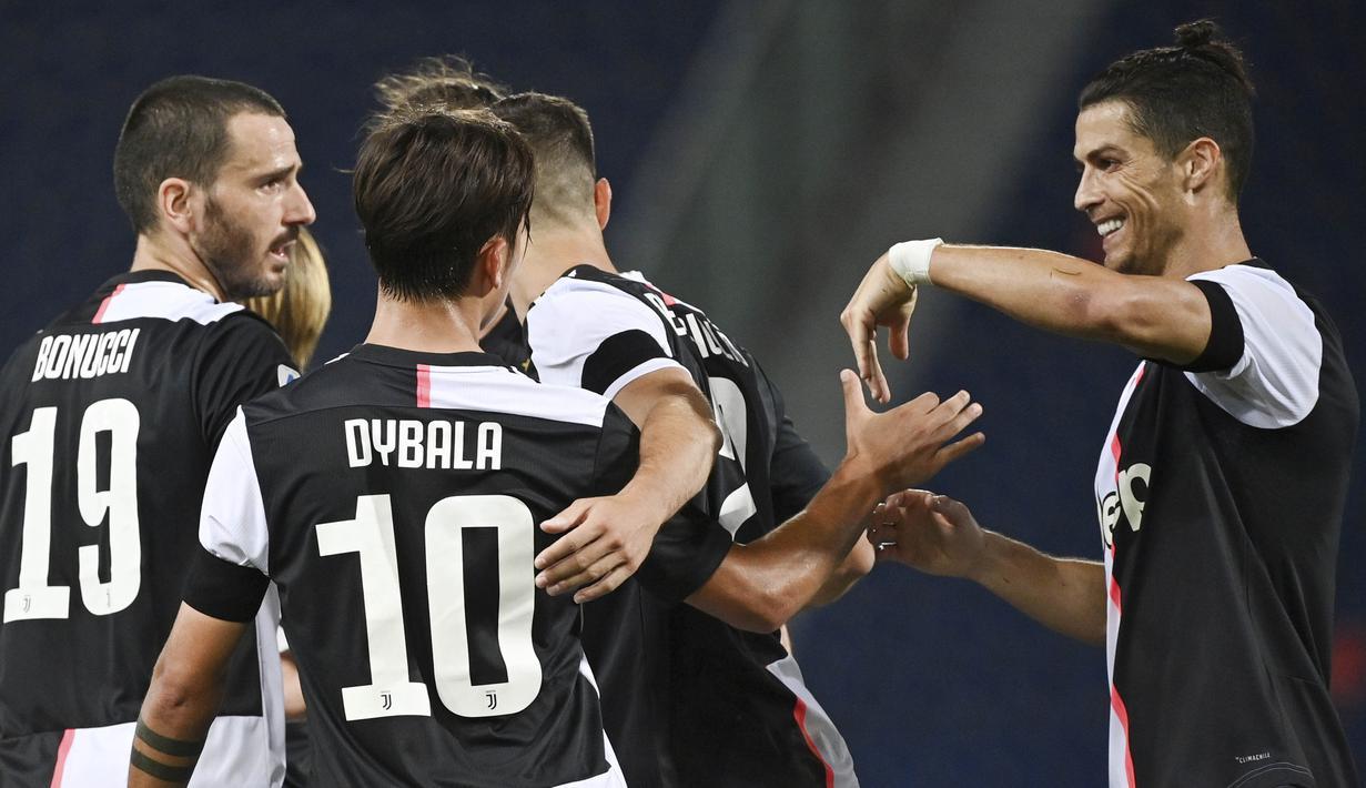 Striker Juventus, Cristiano Ronaldo, melakukan selebrasi bersama Paulo Dybala usai membobol gawang Bologna pada laga Serie A di Stadion Renato Dall'Ara, Senin (22/6/2020). Juventus menang 2-0 atas Bologna. (AP/Massimo Paolone)