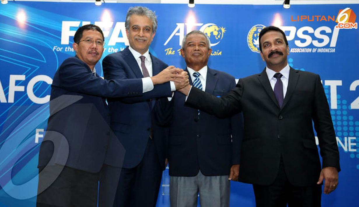 Usai melakukan kunjungan kerja ke kantor PSSI di Senayan Jakarta pada Sabtu 16 November 2013 Shaikh Salman bin Ibrahim Al Khalifa (Presiden AFC - keduadarikiri) berfoto bersama JoharArifin (Ketua PSSI) (Liputan6.com/HelmiFithriansyah)