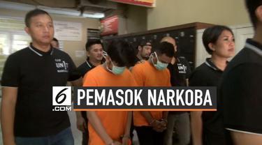 Polres Metro Jakarta Barat menangkap pemasok narkoba mantan suami penyanyi Denada, Jerry Aurum. Tersangka adalah kakak beradik yang kedapatan menjual ganja dan tembakau gorila.