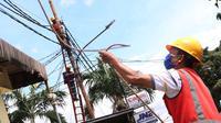 Aktivitas perawatan dan perbaikan kabel listrik di Jakarta, Sabtu (26/12/2020). PT PLN (Persero) menjamin ketersediaan pasokan listrik sepanjang Natal dan Tahun Baru 2020-2021. (Liputan6.com/Angga Yuniar)
