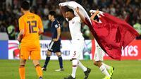 Gelandang Qatar, Ahmed Fathy, mengibarkan bendera usai mengalahkan Jepang pada laga final Piala Asia 2019 di Stadion Zayed Sports City, Abu Dhabi, Jumat (1/2). Qatar menang 3-1 atas Jepang. (AFP/Karim Sahib)