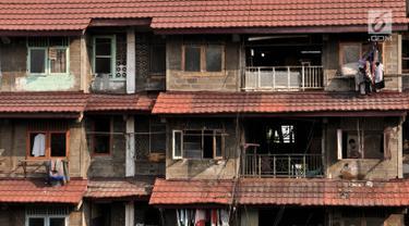 Aktivitas penghuni di salah satu blok lama Rusunawa Penjaringan, Jakarta, Selasa (25/6/2019). Pemprov DKI Jakarta merelokasi 4.160 warga di 978 unit Rusunawa Penjaringan ke Rusunawa Rawa Buaya, Cengkareng, Jakarta Barat dengan harga sewa baru Rp 505 ribu per bulan. (merdeka.com/Iqbal S. Nugroho)