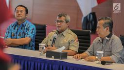 Plh Kepala Pusat Data, Informasi, dan Humas BNPB Agus Wibowo (tengah) memberi keterangan terkait kebakaran hutan dan lahan (karhutla) Sumatra dan Kalimantan di Gedung BNPB, Jakarta, Senin (23/9/2019). BNPB meminta bantuan doa dari DMI agar hujan turun di daerah karhutla. (Liputan6.com/Faizal Fanani)