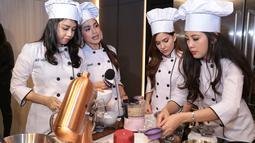 Nia Ramadhani, Jessica Iskandar dan kawan-kawan yang tergabung dalam geng Grils Squad baru saja melakukan kegiatan memasak di mall kawasan Gandaria, Jakarta Selatan, Kamis (22/2/2018). (Adrian Putra/Bintang.com)