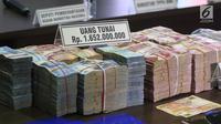 Barang bukti kasus Tindak Pidana Pencucian Uang (TPPU) narkotika di kantor BNN, Jakarta, Selasa (26/1). Barang bukti uang senilai Rp 1,6 miliar itu bersumber dari kasus narkotika jaringan Togiman, Haryanto, Candra dan kawanan (Liputan6.com/Arya Manggala)