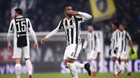 Bek Juventus Medhi Benatia melakukan selebrasi usai membobol gawang Roma saat pertandingan Liga Italia di Turin, Italia (23/12). Juventus berhasil mencetak gol lewat bek mereka Mehdi Benatia pada menit ke-18. (AFP Photo/Marco Bertorello)
