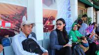 Dewi, pemudik asal Jawa Tengah, memilih estafet pulang ke Jakarta menggunakan kereta api. (Liputan6.com/Panji Prayitno)