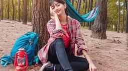 Menikmati keindahan alam di hutan bisa menjadi salah satu alternatif Glenca untuk melepas penas. Gaya penampilannya saat di outdoor pun selalu mencuri perhatian. Dengan berbagai peralatan camping, Glenca terlihat begitu asyik menikmati petualangannya. (Liputan6.com/IG/@glenkachysara)