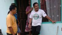 Petugas mendatangi rumah oknum guru olah raga SD yang menggunakan sabu. (dok. Kaltim Post (Jawa Pos Grup))
