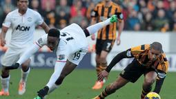 Penyerang Manchester United, Danny Welbeck harus jatuh bangun saat menghadapi Hull City pada laga lanjutan Liga Premier di KC Stadium. Welbeck memberikan assist untuk gol yang dicetak Wayne Rooney.(AFP/Lindsey Parnaby)