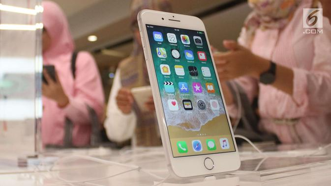 Sebuah iPhone 8 terbaru dipajang di gerai  iBox, Central Park, Jakarta, Jumat (22/12). iPhone 8, iPhone 8 Plus, dan iPhone X dijual dengan harga 15 hingga 20 juta rupiah tergantung kapasitas memori. (Liputan6.com/Angga Yuniar)