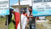 Bendera Merah Putih yang lusuh dan robek di Pos Kesehatan dan Rumah Bersalin, Desa Kulo Jaya, Weda Tengah, Halmahera Tengah, Maluku Utara. (Liputan6.com/Hairil Hiar)