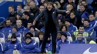 Pelatih Chelsea, Antonio Conte, memberikan arahan kepada anak asuhnya saat pertandingan melawan Leicester City pada laga Premier League di Stadion  Stamford Bridge Sabtu (13/1/2018). Kedua tim bermain imbang 0-0. (AP/Matt Dunham)