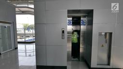 Petugas berada di lift Stasiun Cakung, Jakarta, Selasa (9/10). Modernisasi Stasiun Cakung guna mendukung modernisasi Double-Double Track (DDT) Manggarai-Cikarang demi meningkatkan kapasitas dan pelayanan penumpang. (Liputan6.com/Herman Zakharia)