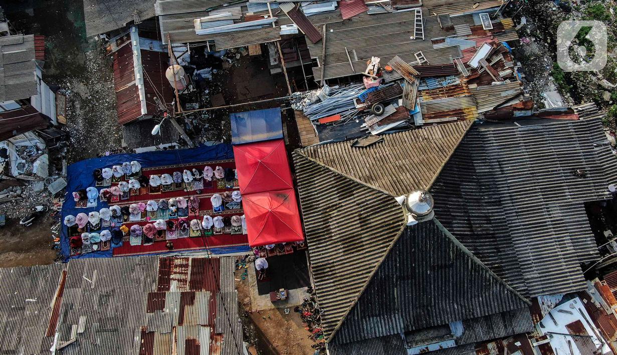 Warga Pancoran Buntu melaksanakan Sholat Id diantara reruntuhan akibat penggusuran rumah merka di, Pancoran Buntu II, Jakarta Selatan. Kamis (13/5/2021). Mayoritas umat Muslim di Indonesia melaksanakan Sholat Id sesuai dengan ketetapan pemerintah pada Rabu (13/5/2021). (Liputan6.com/Johan Tallo)