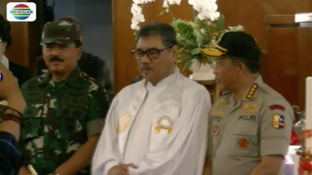 Jenderal Tito Karnavian dan Marsekal Hadi Tjahjanto periksa pengamanan gereja saat malam Natal.