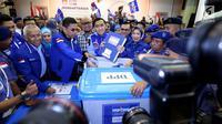 Badan Pemenangan Pemilu Partai Demokrat Ibas Edhie Baskoro Yudhoyono (tengah) menyerahkan berkas saat mendaftarkan partainya ke KPU Jakarta, Senin (16/10). Partai Demokrat resmi mendaftar sebagai peserta Pemilu 2019 (Liputan6.com/JohanTallo)