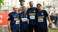 Empat legenda Inter Milan (dari kiri ke kanan), Giuseppe Baresi, Ivan Cordoba, Francesco Toldo, dan Cristian Chivu mengikut lari maraton di kota Milan, Minggu (2/4/2017). (dok. Inter Milan/Pier Marco Tacca)
