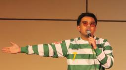 Selain film dan musik, pria berusia 27 tahun ini juga kerap menghibur publik dengan stand up comedy. Bahkan, saat stand up comedy pun Joshua mengenakan jersey klasik milik Persebaya Surabaya. Jersey tersebut dikenakan Bajul Ijo pada musim 2013. (Liputan6.com/IG/@jojosuherman)