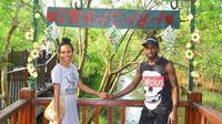 Ricky Kayame bersama sang istri, Nova Gravelia Parera di kawasan wisata hutan mangrove, Surabaya. (Bola.com/Dok Pribadi)