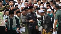 Presiden Joko Widodo bersilaturahmi dengan para kiai dan habib se-Jadetabek di Istana Negara, Jakarta, Kamis (7/2). Kepada Jokowi, para ulama dan habib mengaku prihatin atas merebaknya fitnah dan hoaks yang memicu perpecahan. (Liputan6.com/Angga Yuniar)
