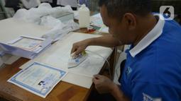 Petugas Tim Rescue Arsip menyelesaikan proses restorasi arsip keluarga milik warga di Kantor ANRI, Cilandak Timur, Jakarta, Selasa (7/1/2020). Restorasi arsip keluarga seperti Akte, Kartu Keluarga, Ijazah dan lainnya diberikan gratis untuk masyarakat terdampak banjir. (merdeka.com/Imam Buhori)