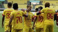 Pemain Bhayangkara FC merayakan gol yang dicetak oleh Adam Alis ke gawang Borneo FC pada laga Liga 1 2019 di Stadion Patriot, Bekasi, Minggu (22/9/2019). Kedua tim bermain imbang 1-1. (Bola.com/M Iqbal Ichsan)