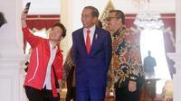 Pebulutangkis, Liliyana Natsir berswafoto dengan Presiden Joko Widodo dan Menpora Imam Nahrawi di Istana Merdeka, Jakarta, Selasa (29/1). Liliyana, yang telah memutuskan pensiun sebagai atlet bulu tangkis, berpamitan kepada Jokowi. (Liputan6.com/HO/Ran)