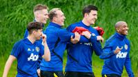 Pemain Manchester United, Daniel James, Scott McTominay, Harry Maguire, Phil Jones dan Ashley Young tengah menjalani latihan jelang melakoni laga tandang ke markas Wolves. Doc: Manutd