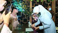 Gubernur Jawa Timur Khofifah Indar Parawansa menghadiri acara pernikahan di Jombang pada 27 Desember 2020. (dok. Instagram @khofifah.ip/https://www.instagram.com/p/CJS6kjTh3WP/)