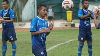 Gelandang Persib Bandung Beckham Putra Nugraha menjalani sesi latihan di Stadion Siliwangi, Kamis (20/2/2020). (Liputan6.com/Huyogo Simbolon)