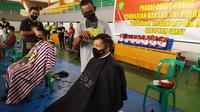 Selain warga, Kapolres Garut AKBP Wirdhanto Hadicaksono  serta Dandim 0611 Garut Letkol Deni Iskandar, ikut langsung menjadi peserta potong rambut gratis tersebut. (Liputan6.com/Jayadi Supriadin)
