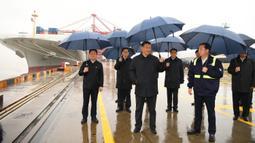 Presiden China Xi Jinping (tengah) saat mengunjungi kawasan pelabuhan Chuanshan di Pelabuhan Ningbo-Zhoushan, Provinsi Zhejiang, China, Minggu (29/3/2020). Xi Jinping melakukan inspeksi terhadap proses dimulainya kembali kegiatan kerja dan produksi di Zhejiang. (Xinhua/Shen Hong)