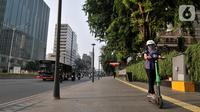 Pengguna jalan mengendarai otopet atau skuter listrik di Jakarta, Rabu (16/10/2019). Pemerintah Provinsi DKI Jakarta melalui Dinas Perhubungan menyiapkan regulasi untuk penggunaan skuter listrik di jalur sepeda. (merdeka.com/Iqbal Nugroho)