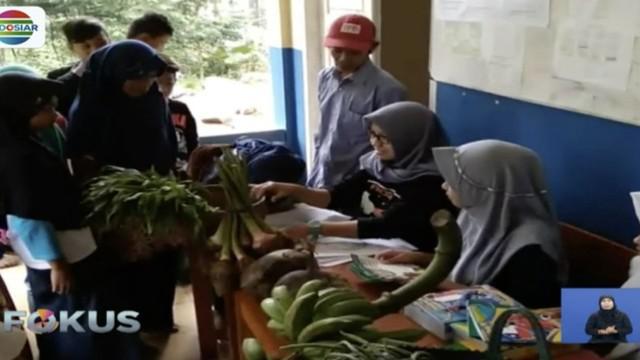 MTS Pakis di Cilongok, Banyumas, tidak memungut uang untuk biaya pendaftaran. Siswa hanya membawa hasil pertanian semampunya untuk pihak sekolah.