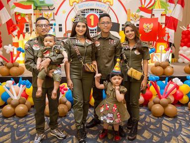 Anang Hermansyah dan keluarga kecilnya merayakan ulang tahun Arsya dengan memakai baju kompakan.(Liputan6.com/IG/@aurelie.hermansyah)