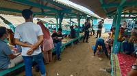 Polisi tengah mengimbau para wisatawan di pantai Anyer untuk mengedepankan protokol kesehatan. (Foto: Yandhi Deslatama/Liputan6.com).
