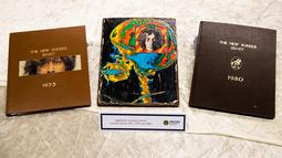 Buku harian tahun 1975, 1979 dan 1980 milik mantan personel The Beatles, John Lennon diperlihatkan di Berlin, Selasa (21/11). Polisi Jerman menduga barang-barang peninggalan John Lennon dicuri oleh mantan sopir sang istri, Yoko Ono. (AP/Markus Schreiber)