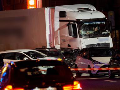 Sebuah truk curian menabrak mobil-mobil yang berhenti di lampu merah di distrik kota Limburg, Jerman, Senin (7/10/2019). Peristiwa tersebut melukai sedikitnya 17 orang, Salah satu dari mereka dikabarkan berada dalam kondisi kritis. (Photo by Sascha Ditscher / dpa / AFP)