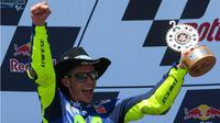 Pebalap Movistar Yamaha, Valentino Rossi, melakukan selebrasi di podium setelah finis kedua pada balapan MotoGP Austin di Circuit of the Americas, Texas, AS, Minggu (23/4/2017). (MotoGP)