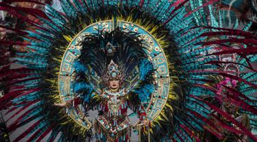 Seorang peserta mengenakan kostum dalam Jember Fashion Carnaval (JFC) di Jember, Provinsi Jawa Timur pada Minggu (4/8/2019). Kegiatan ini mengangkat tema 'tribal grandeur', dengan menghadirkan keagungan 8 suku di dunia. (Photo by JUNI KRISWANTO / AFP)