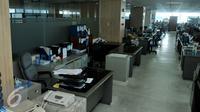 Suasana ruang kerja lingkungan Pemerintah Provinsi DKI Jakarta di kantor Balai Kota, Rabu, (22/7/2015). Sejumlah meja masih terlihat kosong pasca Idul Fitri 1436H, hal ini dikarenakan beberapa PNS mengambil cuti tahunan. (Liputan6.com/Johan Tallo)