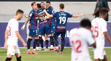 Para pemain Levante merayakan gol ke gawang Sevilla pada laga La Liga di Estadio Camilo Cano, Selasa (16/6/2020). Kedua tim bermain imbang 1-1. (AFP/Jose Jordan)