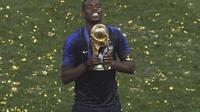 Paul Pogba merayakan kesuksesan menjadi juara Piala Dunia 2018. (AP/Thanassis Stavrakis)